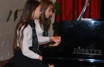 Tehetséges fiatal zongoristák párban, értő zsűri előtt