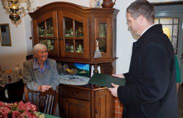 Anna néni betöltötte 90. életévét, otthonában köszöntötték a város képviselői